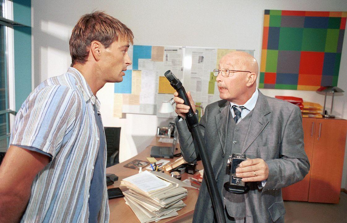 """Als Professor Schwerdfeger (Wolf-Dietrich Berg, r.) erkennt, dass Mark (Jan Sosniok, l.) wieder sein """"kleines"""" großes Problem entwickelt, schwant i... - Bildquelle: Gordon Mühle ProSieben"""