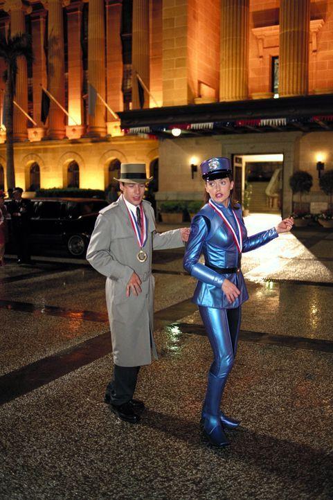 Weil Inspector Gadget (French Stewart, l.) mehr und mehr unter den Fehlstörungen seines Systems zu leiden hat und auch seine Mitbürger vor Auswirk... - Bildquelle: Walt Disney Pictures