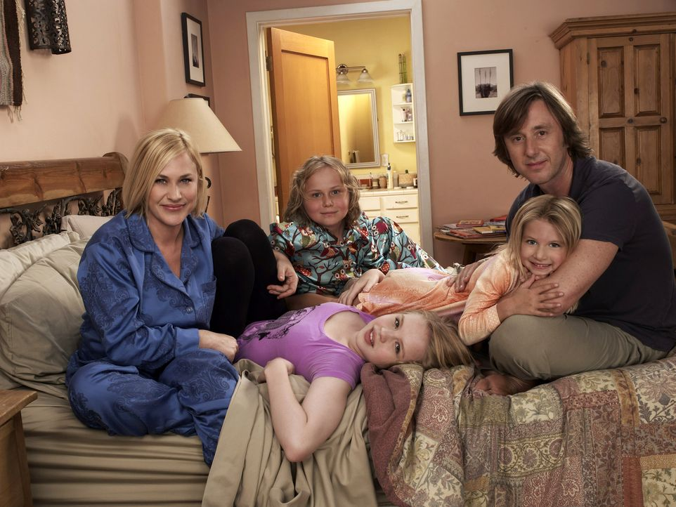 (6. Staffel) - Ihre Familie bedeutet Allison (Patricia Arquette, l.) alles: Joe (Jake Weber, r.), Ariel (Sofia Vassilieva, vorne 2.v.l.), Bridgette... - Bildquelle: Paramount Network Television