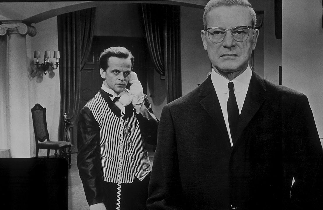 Im Schloss von Lord Harry Chelford (Dieter Borsche, r.) spukt und mordet ein geheimnisvoller 'schwarzer Abt'. Auch sein Butler Thomas Fortuna (Klaus... - Bildquelle: Constantin Film