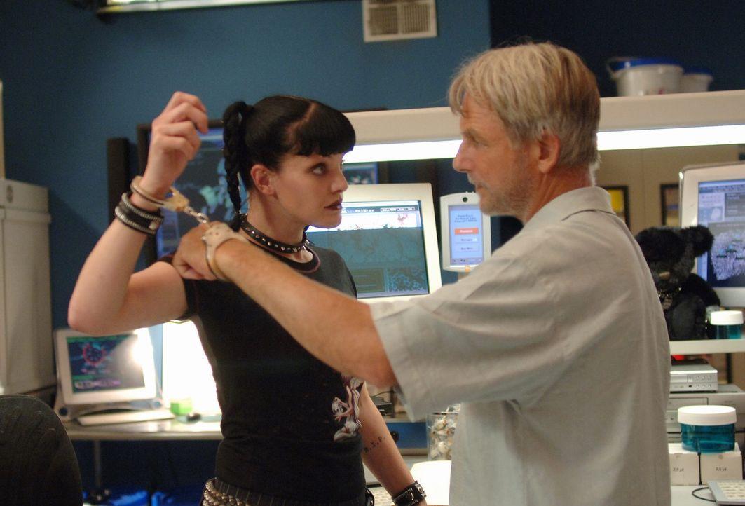 Mit Abbys (Pauley Perrette, l.) Hilfe gelingt es Gibbs (Mark Harmon, r.), dem Täter auf die Spur zu kommen ... - Bildquelle: CBS Television