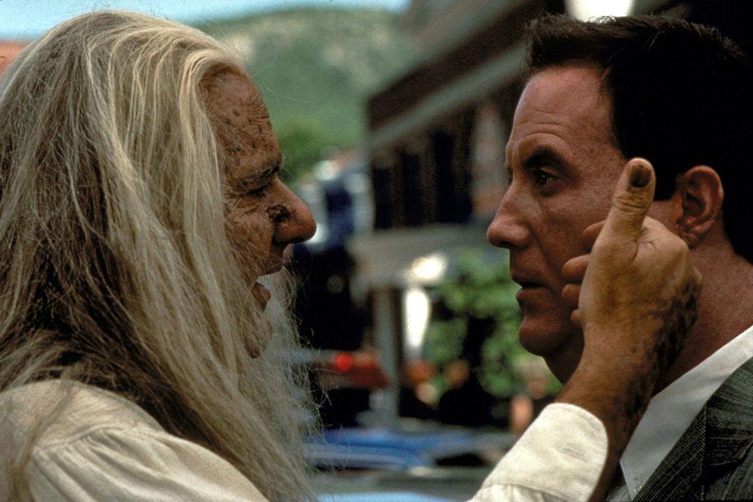 Als Billy (Robert John Burke, r.) aus dem Gerichtsgebäude kommt, wartet dort der uralte Vater (Michael Constantine, l.) der getöteten Frau auf ihn,... - Bildquelle: Paramount Pictures
