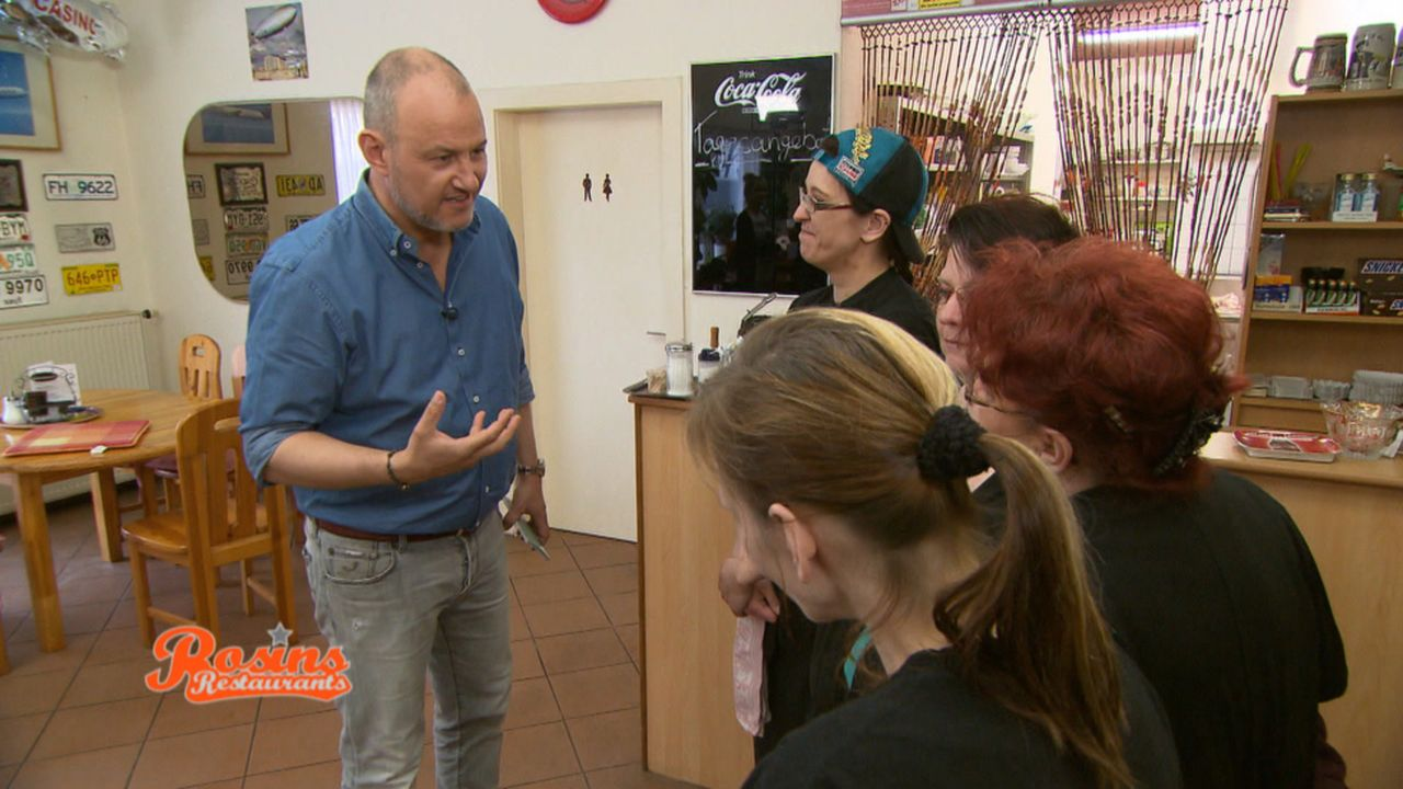 """Wird Frank Rosin (l.) es schaffen, zwischen den vier Damen im """"Casino"""" zu vermitteln? - Bildquelle: kabel eins"""