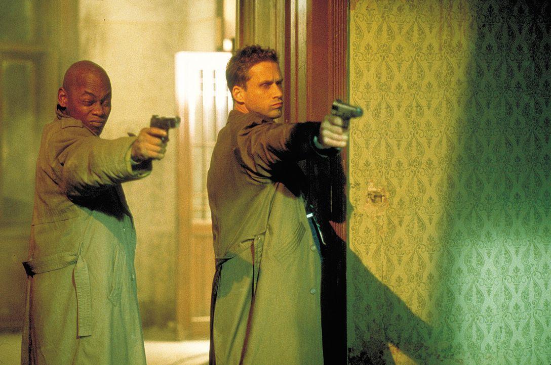 Der Killer sitzt lauthals und irre lachend im Nebenzimmer, doch Steve Grant (Bokeem Woodbine, l.) und sein Kollege Phil (Reed Edward Diamond, r.) m - Bildquelle: 2004 Sony Pictures Television International. All Rights Reserved.