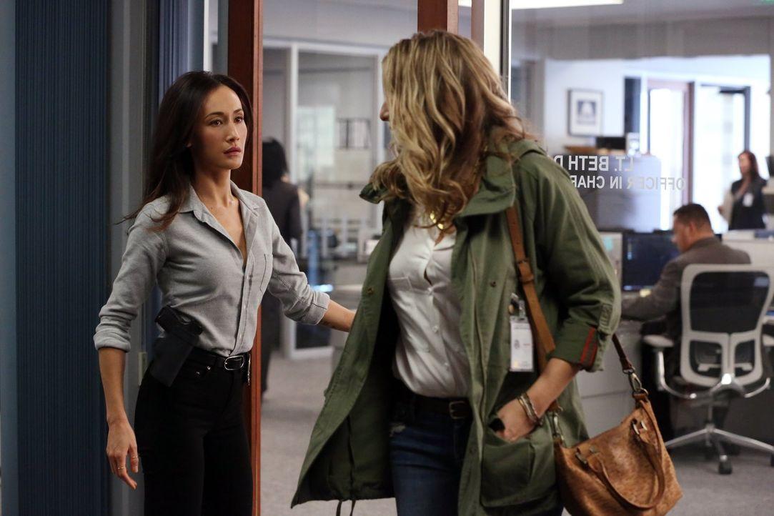 Nachdem Beth (Maggie Q, l.) herausgefunden hat, wer ihr Stalker ist, muss sie Tracy (Tara Summers, r.) davon berichten, dass ihr Freund dahinter ste... - Bildquelle: Warner Bros. Entertainment, Inc.