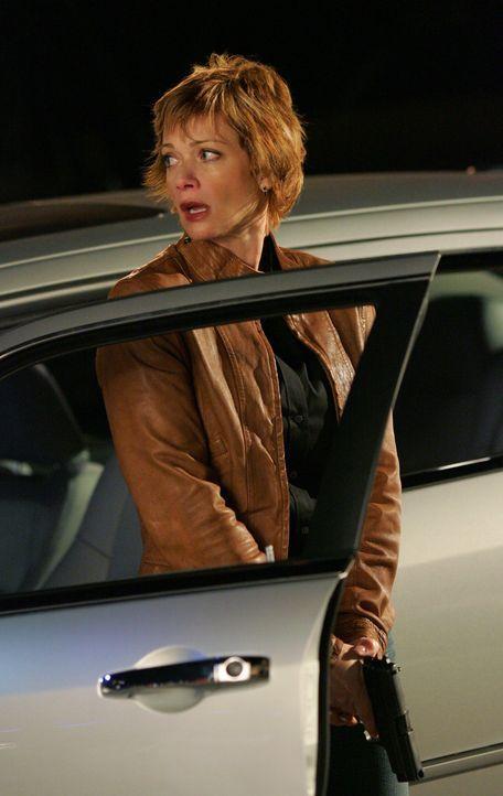 Ein Informant, der Shepard (Lauren Holly) helfen soll, ihren Erzfeind  La Grenouille zu überführen, wird bei einem Treffen mit  ihr erschossen. Der... - Bildquelle: CBS Television