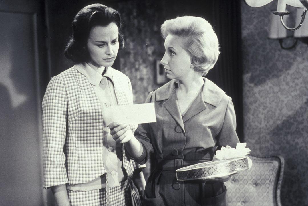 Lizzy (Edith Hancke, r.) zeigt der jungen Margaret (Brigitte Grothum, l.) das Geschenk, das sie von einem Unbekannten erhalten hat. - Bildquelle: Constantin Film
