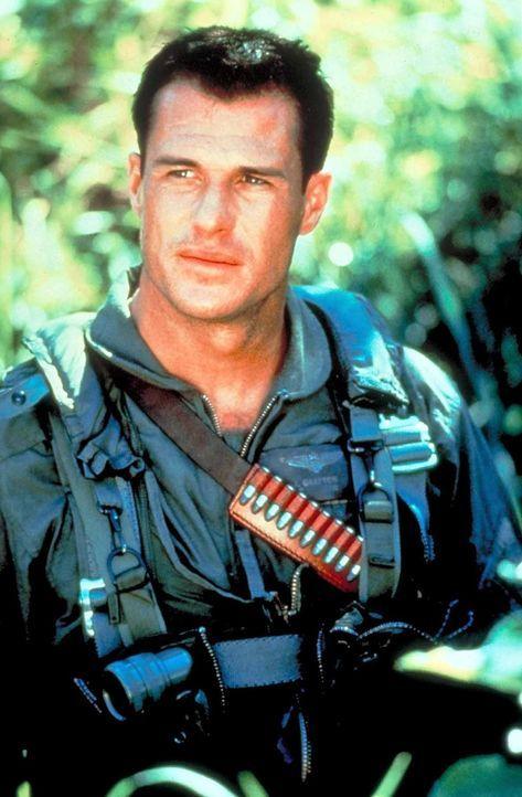 Das Flieger-As Jake Grafton (Brad Johnson)  startet einen nicht genehmigten Angriff auf ein Waffenlager in Hanoi - mit ungeahneten Folgen ... - Bildquelle: Paramount Pictures. All Rights Reserved.
