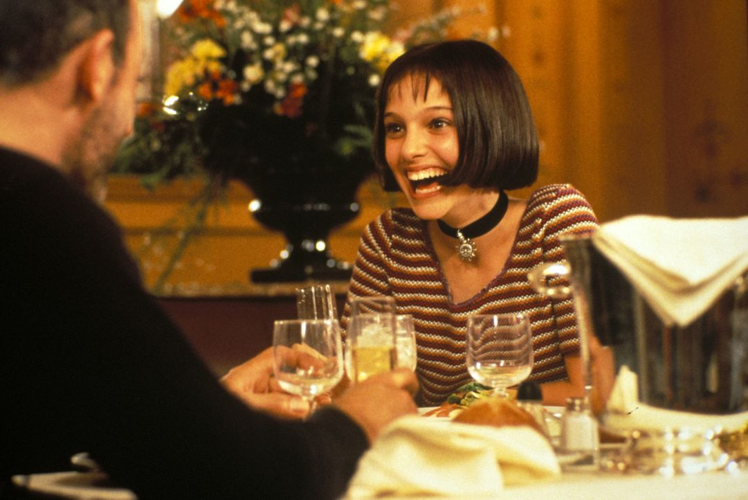 Ausgerechnet bei dem Auftragskiller Léon (Jean Reno, l.) findet die 12-jährige Mathilda (Natalie Portman, r.) liebevolle Fürsorge, nachdem ihre Fami... - Bildquelle: Gaumont