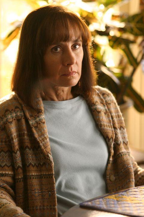 Macht sich große Sorgen um ihren Sohn Shawn, der eines Nachts einfach nicht nach Hause gekommen ist: Susan Hopkins (Laurie Metcalf) - Bildquelle: Warner Bros. Entertainment Inc.
