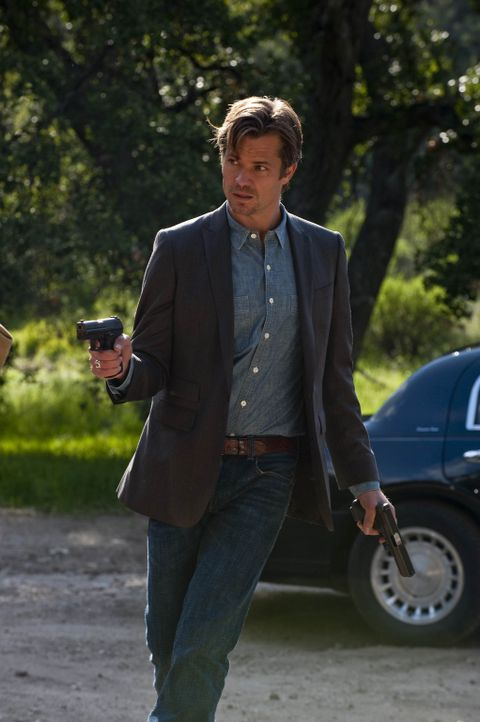 Raylan Givens (Timothy Olyphant) hat sich aus der Not heraus mit Boyd zusammengetan, um das Bündnis ihrer Väter zu zerschlagen. Wird es ihnen geli... - Bildquelle: 2010 Sony Pictures Television Inc. and Bluebush Productions, LLC. All Rights Reserved.