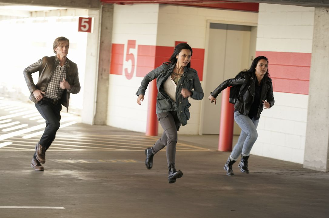 (v.l.n.r.) MacGyver (Lucas Till); Desi (Levy Tran); Riley Davis (Tristin Mays) - Bildquelle: Jace Downs 2019 CBS Broadcasting, Inc. All Rights Reserved / Jace Downs