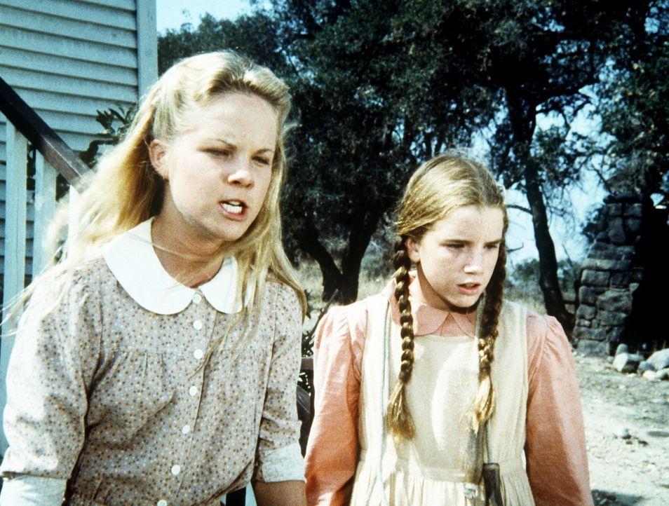 Laura (Melissa Gilbert, r.) und Mary (Melissa Sue Anderson, l.) haben für den Sohn des Indianer-Hassers MacGregor die passende Antwort parat. - Bildquelle: Worldvision