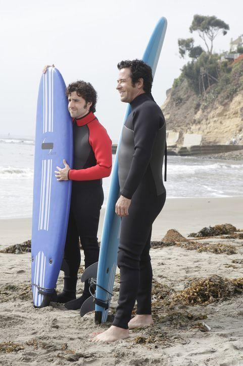 Um einen neuen Fall zu lösen, gehen Charlie (David Krumholtz, l.) und Don (Rob Morrow, r.) surfen ... - Bildquelle: Paramount Network Television