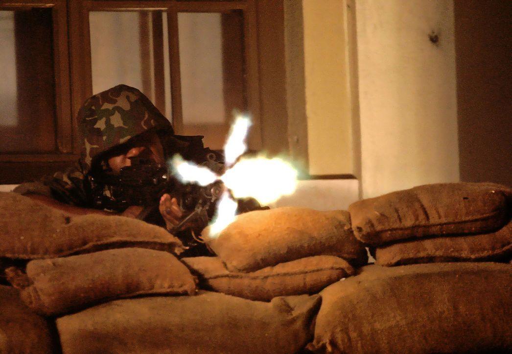 Just, als in Moldawien ein Bürgerkrieg zu entbrennen droht und der Mob bereits US-Flaggen auf der Straße verbrennt, tritt Ex-Navy-Seal Samuel Keenan... - Bildquelle: 2005 Micro Fusion 2004-15 LLP. All rights reserved.