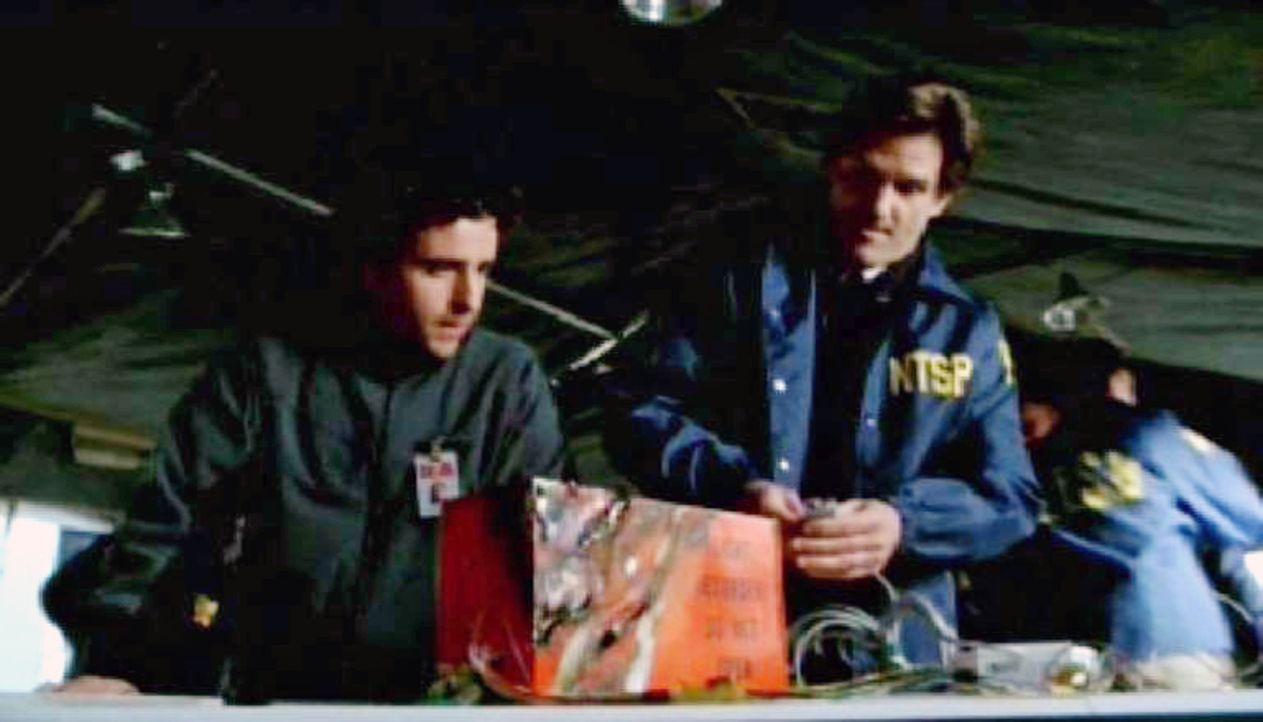 Charlie Eppes (David Krumholtz, l.) und Bob Tombrello (D.W. Moffett, r.) untersuchen den Flugschreiber des abgestürzten Jets ... - Bildquelle: Paramount Network Television