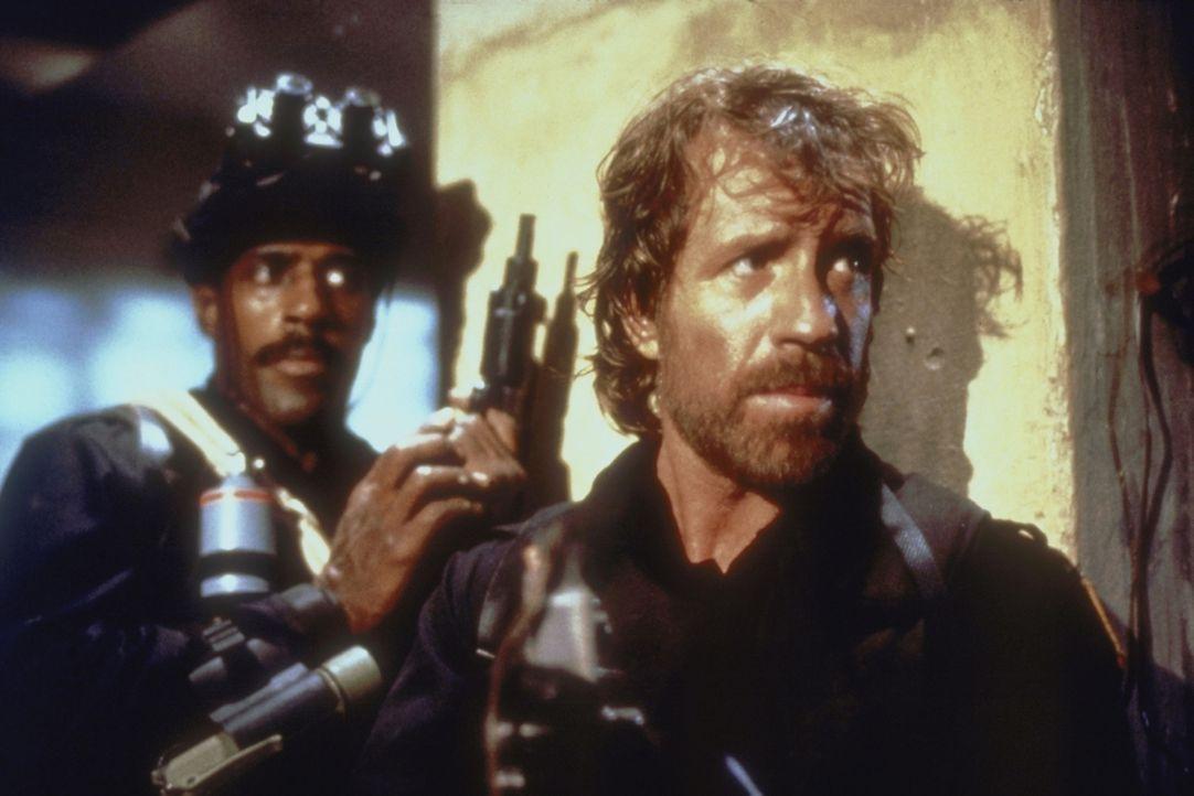 Gefährliche Geiselbefreiungsaktion: Major Scott (Chuck Norris, r.) versucht alles, um das entführte Flugzeug zu entern ...