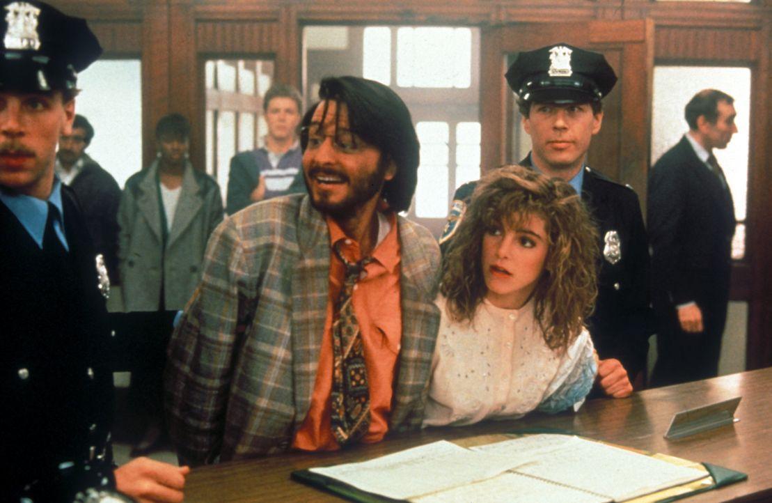 Der spleenige Roboter-Erbauer Ben (Fisher Stevens, l.) und die hübsche Sandy (Cynthia Gibb, r.) haben der Polizei einiges zu erklären ... - Bildquelle: Columbia TriStar Pictures