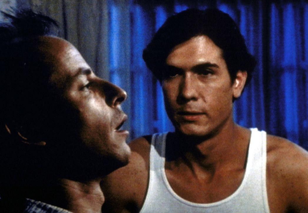 Erstmals betrachtet Paul (Joseph Culp, r.) seinen Bruder George (Tim Choate, l.) nicht nur als ein Stück Fleisch, sondern als Menschen, der auch Ge... - Bildquelle: Worldvision Enterprises, Inc.