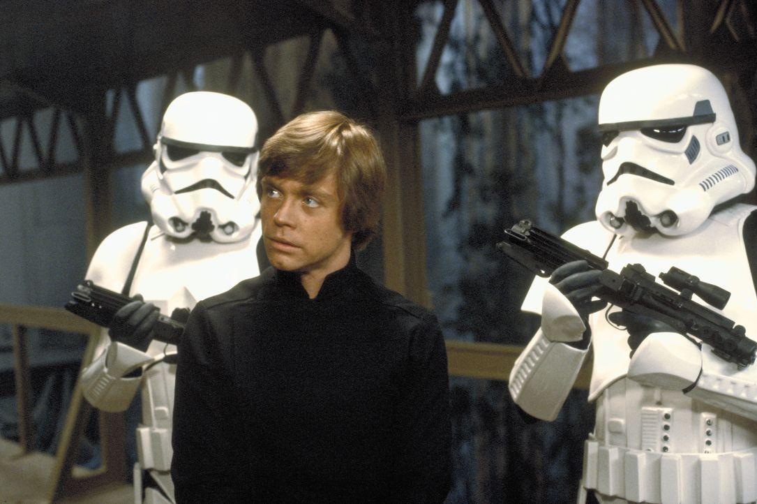 Um seinen Freund Han Solo zu retten, schreckt Luke Skywalker (Mark Hamill, M.)  vor nichts zurück ... - Bildquelle: TM & © 2015 Lucasfilm Ltd. All rights reserved.
