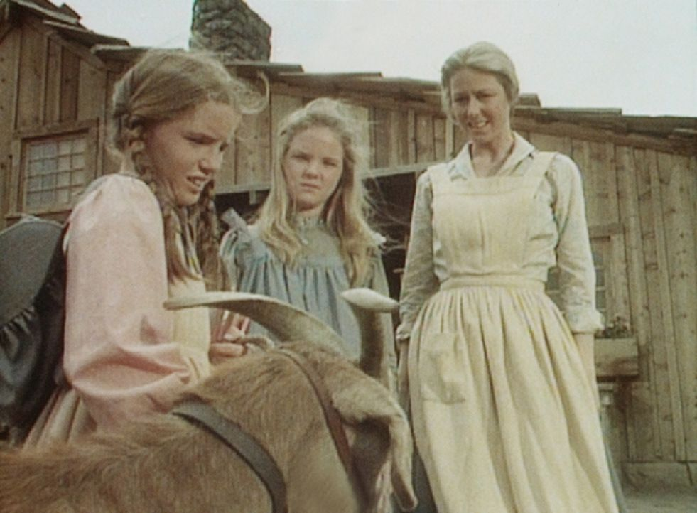 Caroline (Karen Grassle, r.) und Mary (Melissa Sue Anderson, M.) sind über die Ankunft des Ziegenbockes nur mäßig erfreut. Laura (Melissa Gilbert... - Bildquelle: Worldvision