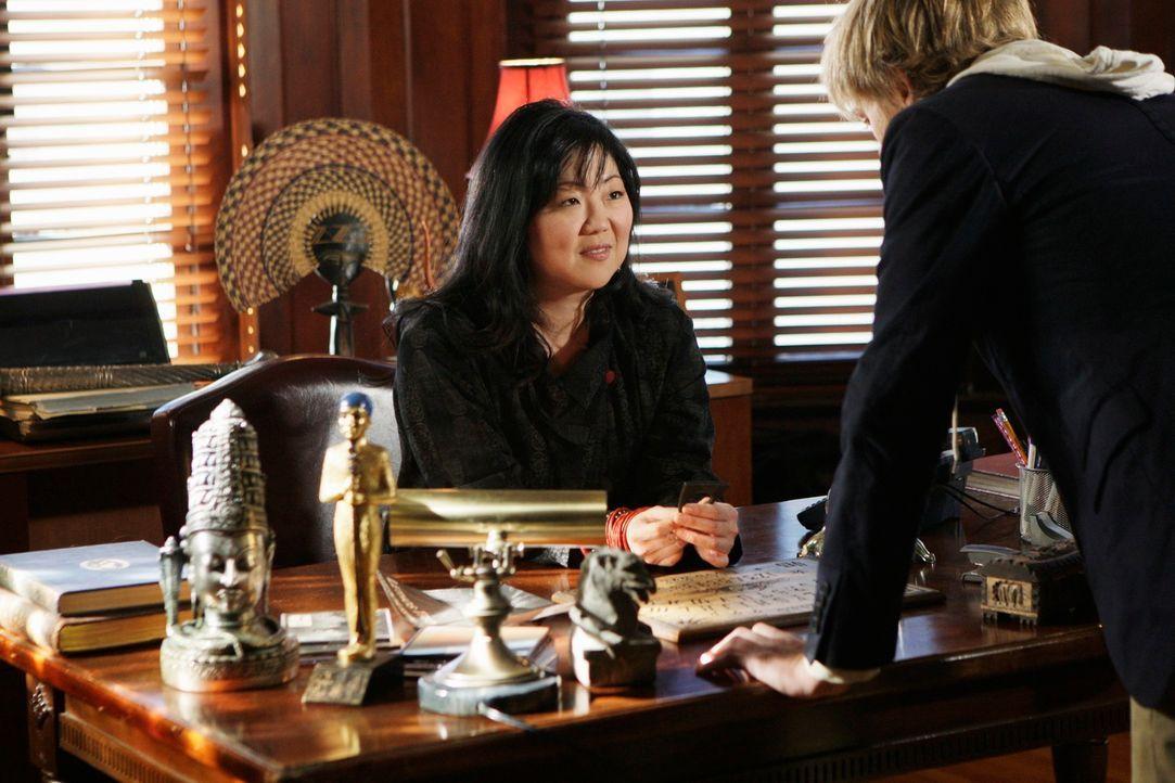 Neds (Christoph Sanders, r.) Professorin Avery Grant (Margaret Cho, l.) wird von einem Geist heimgesucht. Er rät ihr, sich an Melinda und Eli zu wen... - Bildquelle: ABC Studios