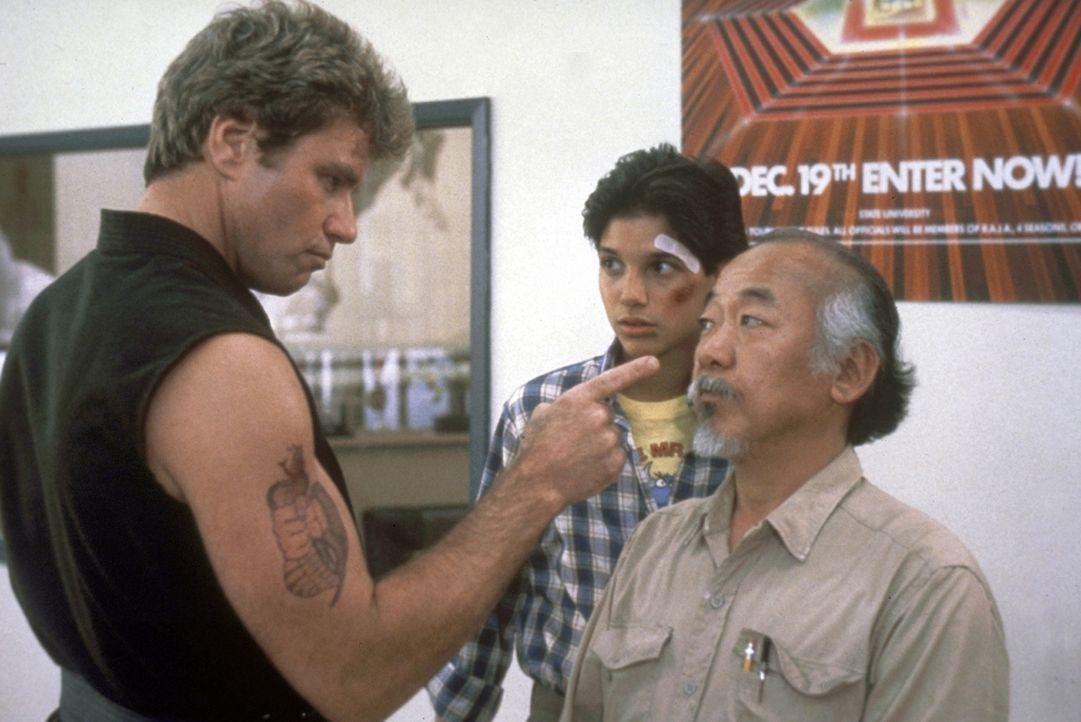 """Der Karatelehrer Kreese (Martin Kove, l.) macht Miyagi (Noriyuki """"Pat"""" Morita, r.) und Daniel (Ralph Macchio, M.) das Leben schwer. Können sie sich... - Bildquelle: Columbia Pictures"""
