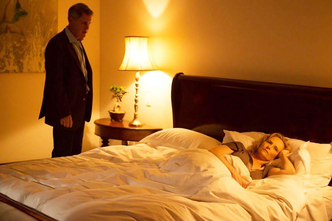 Martha Boyd (Laila Robins, r.) ahnt nicht, dass ihr Mann Dennis (Mark Moses, l.) von Tasneem Qureshi unter Druck gesetzt wird. Doch wird er es gehei... - Bildquelle: 2014 Twentieth Century Fox Film Corporation