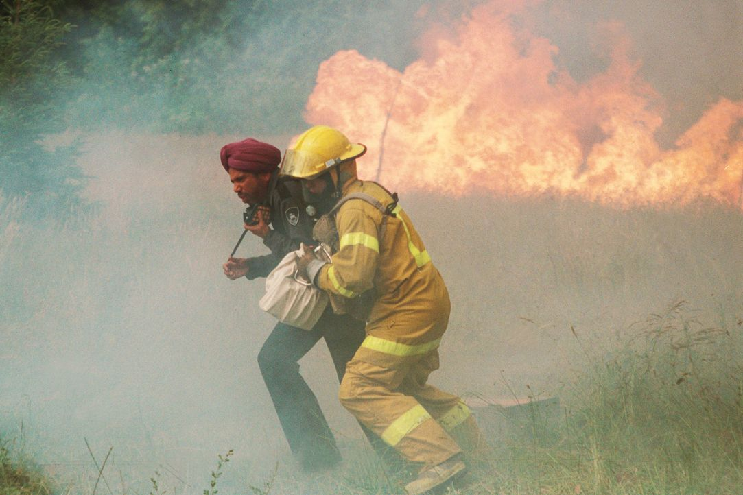 Innerhalb kürzester Zeit wächst sich das Feuer zu einem fatalen Großbrand aus. Jonas (Steve Bacic, r.) versucht mit seiner Geisel Raja (Manoj Soo... - Bildquelle: New Concorde