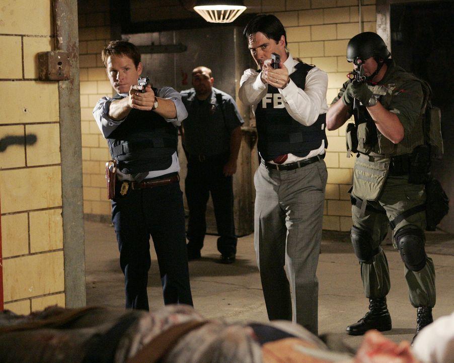 Haben sie den Serienmörder gefunden? Cal McGee (Kristoffer Ryan Winters, l.) und Hotch (Thomas Gibson, M.)  ... - Bildquelle: Touchstone Television