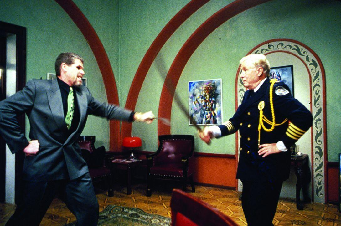 Während seine Kollegen ermitteln, tummelt sich Commandant. Eric Lassard (George Gaynes, r.) auf einer russischen Beerdigung. Und dennoch gelingt es... - Bildquelle: Warner Bros.
