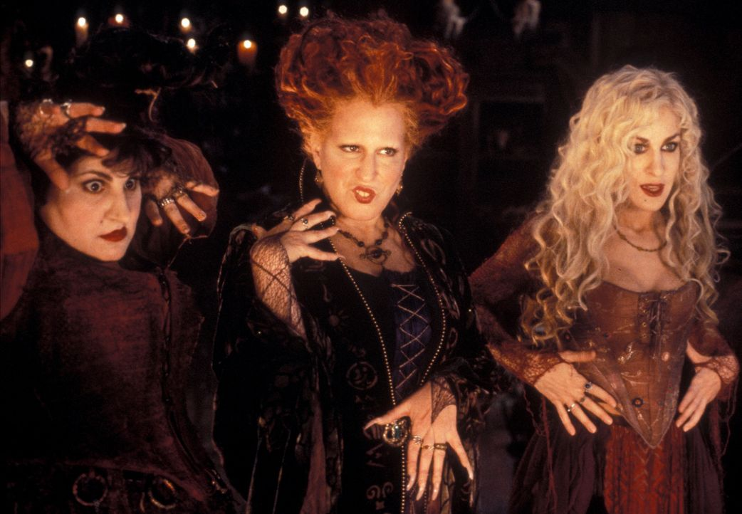 Ausgerechnet an Halloween erwachen die drei Hexenschwestern (v.l.n.r.) Mary (Kathy Najimy), Winifred (Bette Midler) und Sarah (Sarah Jessica Parker)... - Bildquelle: The Walt Disney Company. All Rights Reserved