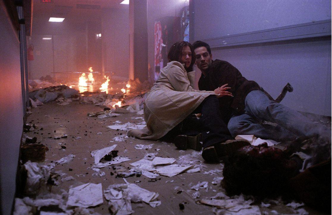 Der Tod hat einen Plan, doch wehe, wenn man seinen Plan durchkreuzt: Kimberly (A. J. Cook, l.) und Thomas (Michael Landes, r.) ? - Bildquelle: Warner Bros. Television
