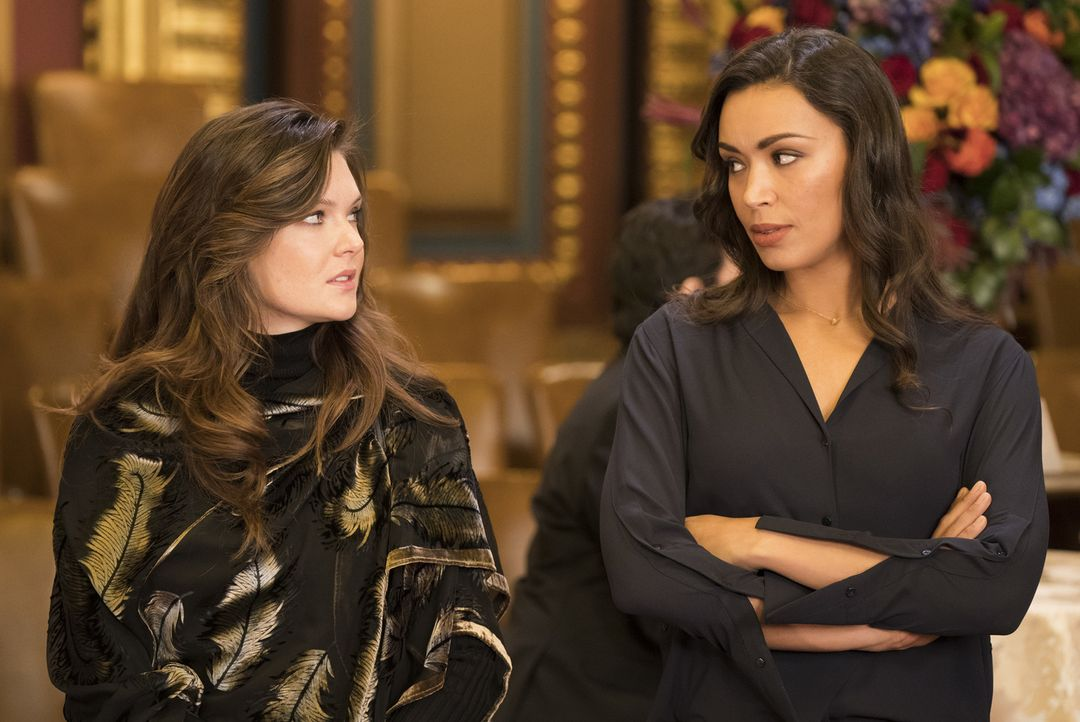 Kann und will Alicia Davis (Meghann Fahy, l.) Kay (Ilfenesh Hadera, r.) helfen, den Mord an ihrem Vater aufzuklären? - Bildquelle: Warner Bros.