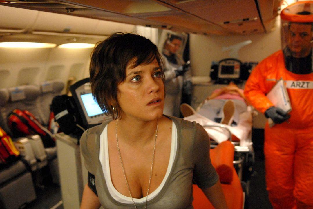 Auf dem Rückflug eines Thailandurlaubs erkrankt eine Passagierin schwer. Als die Ärztin Anne Hecker (Muriel Baumeister) dieser helfen will, wird i... - Bildquelle: Kerstin Stelter ProSieben