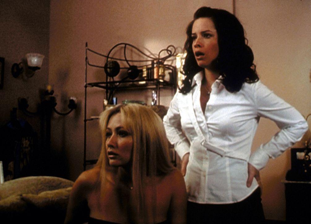 Sprachlos stellen Prue (Shannen Doherty, l.) und Piper (Holly Marie Combs, r.) fest, dass sie nicht, wie geplant, zwei Wochen vor Phoebes Exekution... - Bildquelle: Paramount Pictures