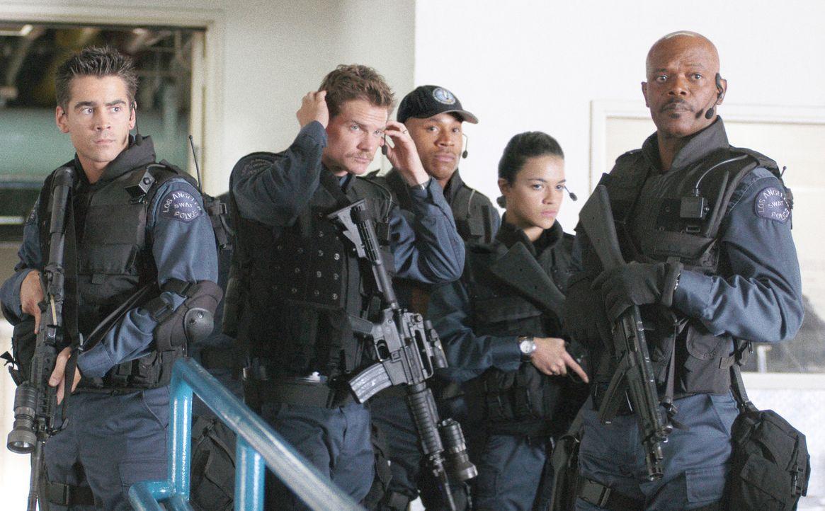 """Eines Tages erhält der S.W.A.T.-Veteran Dan """"Hondo"""" Harrelson (Samuel L. Jackson, r.) den Auftrag, ein neues Team zusammenzustellen. Gemeinsam mit... - Bildquelle: 2004 Sony Pictures Television International. All Rights Reserved."""