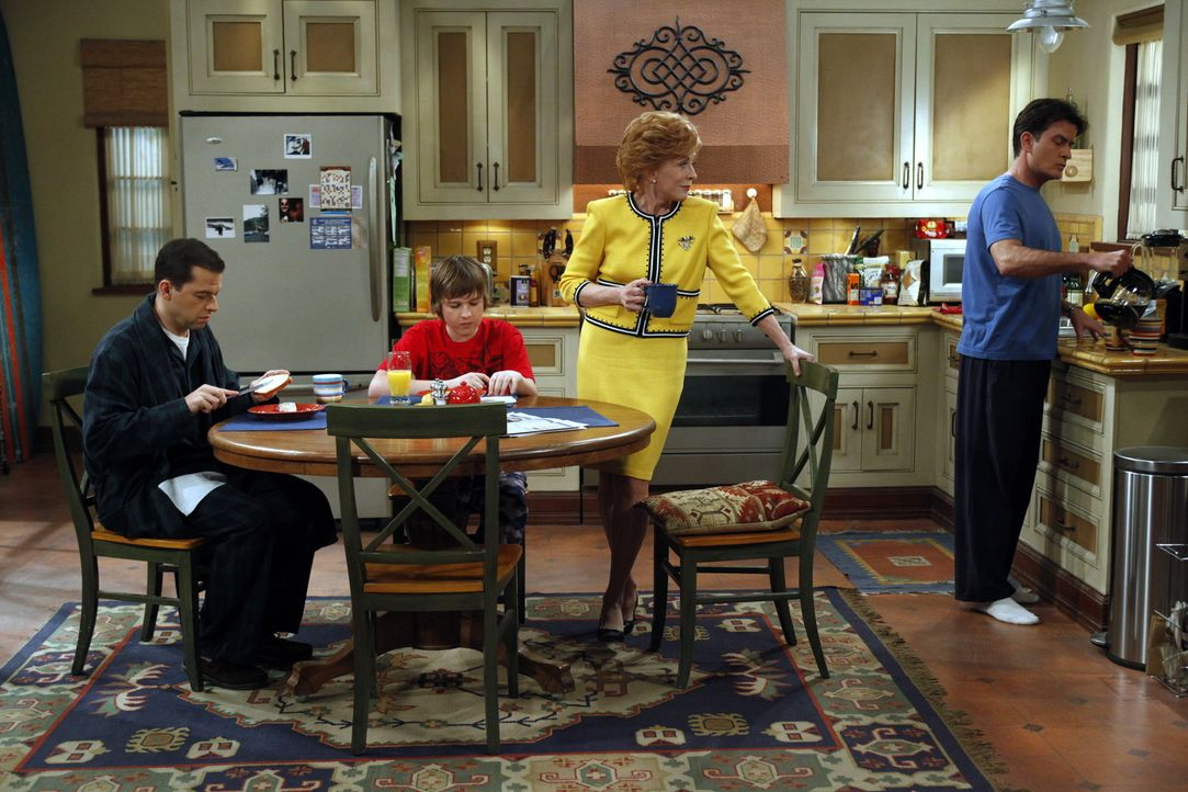 Ärger steht ins Haus: Charlie (Charlie Sheen, r.), Alan (Jon Cryer, l.), Jake (August T. Jones, 2.v.l.) und Evelyn (Holland Taylor, 2.v.r.) ... - Bildquelle: Warner Bros. Television
