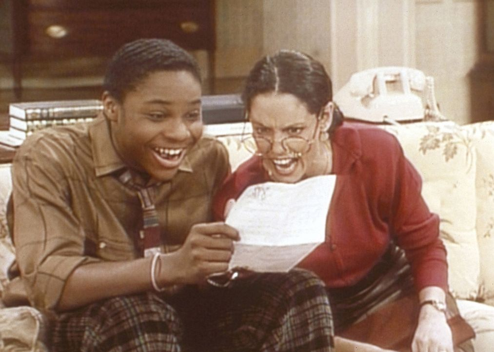 Theo (Malcolm-Jamal Warner, l.) ist von seiner Eins im Mathetest noch mehr überrascht als seine Lehrerin Mrs. Westlake (Sonia Braga, r.). - Bildquelle: Viacom