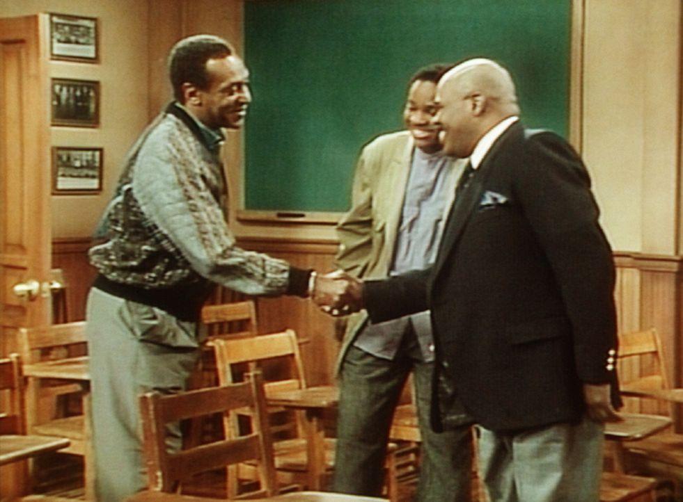 Cliff (Bill Cosby, l.) trifft seinen alten Lehrer Dr. Harris (Ted Ross, r.) wieder, der Theo (Malcolm-Jamal Warner, M.) etwas über die schulische V... - Bildquelle: Viacom