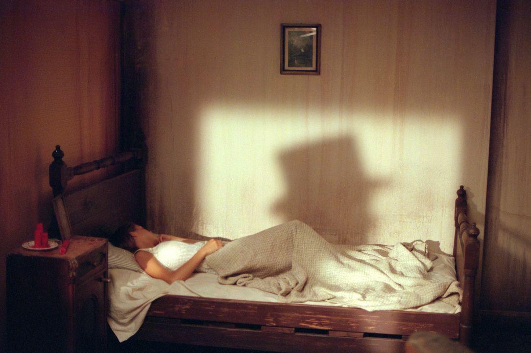 Bei Inspector Frederick Abberline fühlt sich Mary Kelly (Heather Graham) sicher und geborgen. Nach den Morden von Jack the Ripper, ist keine Frau na... - Bildquelle: 2001 Twentieth Century Fox Film Corporation. All rights reserved.