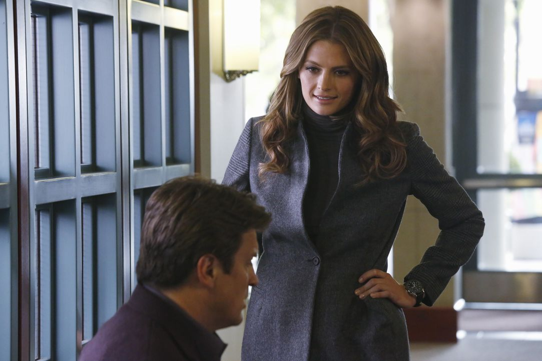 Ein neuer Fall wartet auf Beckett (Stana Katic, r.) und Castle (Nathan Fillion, l.) ... - Bildquelle: 2013 American Broadcasting Companies, Inc. All rights reserved.