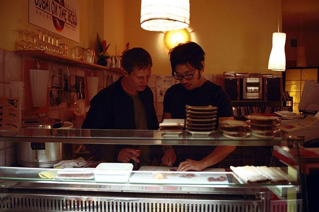 Als die brutale Russenmafia von den Betreibern der modernen Sushi-Bar, Lars (Benno Fürmann, l.) und Kim (Ill-Young Kim, r.), regelmäßig Schutzgel... - Bildquelle: Jeanne Degraa ProSieben