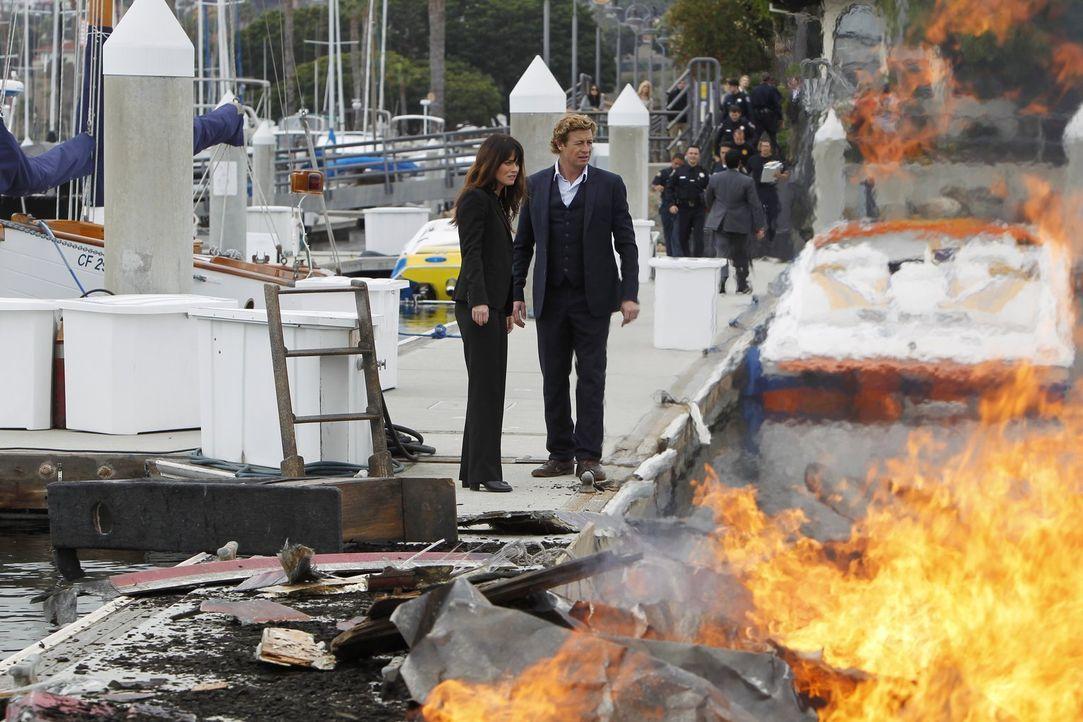 Patrick (Simon Baker, r.) und Teresa (Robin Tunney, l.) gehen die lange Liste von Verdächtigen durch, nachdem ein erfolgreicher Scheidungsanwalt, de... - Bildquelle: Warner Bros. Television