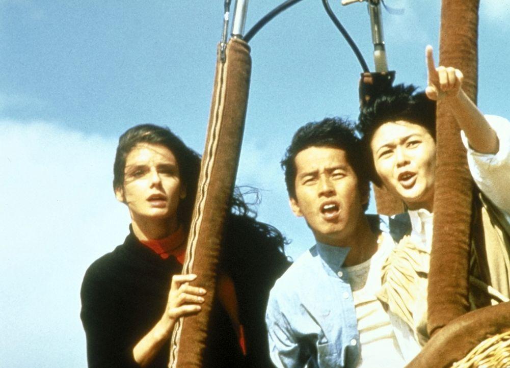 Endlich kann Jackie May (Lola Ferner, l.), Laura (Rosamund Kwan, M.) und Alan (Alan Tam, r.) in Sicherheit bringen ... - Bildquelle: Golden Harvest Company