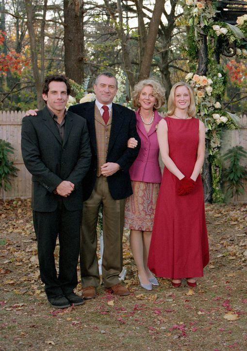 Meine Braut (Teri Polo, r.), ihr Vater (Robert De Niro, 2.v.l.), ihre Mutter (Blythe Danner, 2.v.r.) und ich (Ben Stiller, l.) ... - Bildquelle: 2000 Universal Studios and DreamWorks LLC.  All rights reserved.