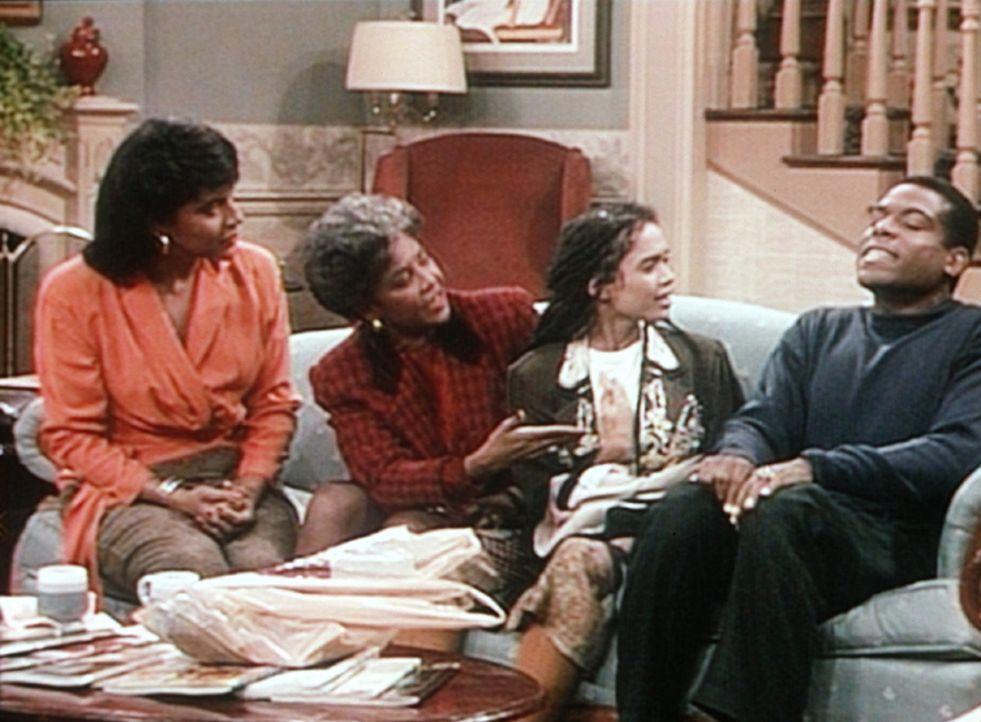 Clair (Phylicia Rashad, l.) ist glücklich, dass sich die Missverständnisse zwischen Denise (Lisa Bonet, 2.v.r.) und ihrer Schwiegermutter Lorraine... - Bildquelle: Viacom