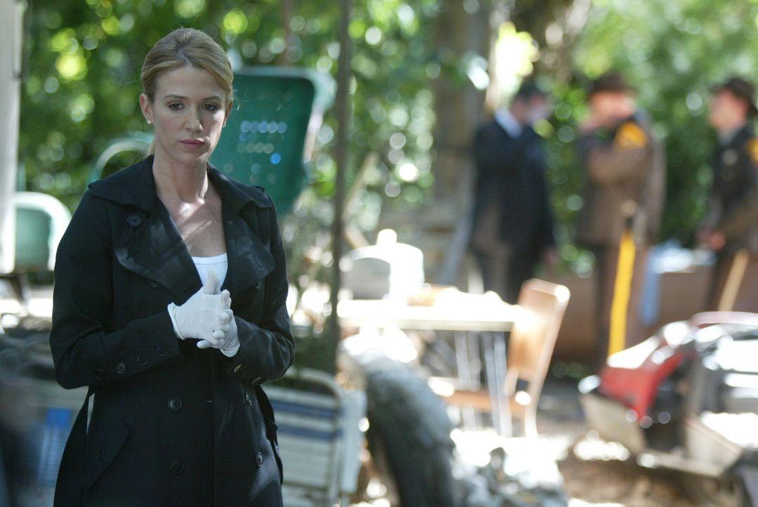 Am Tatort führt Samantha Spade (Poppy Montgomery) diverse Untersuchungen durch ... - Bildquelle: Warner Bros. Entertainment Inc.