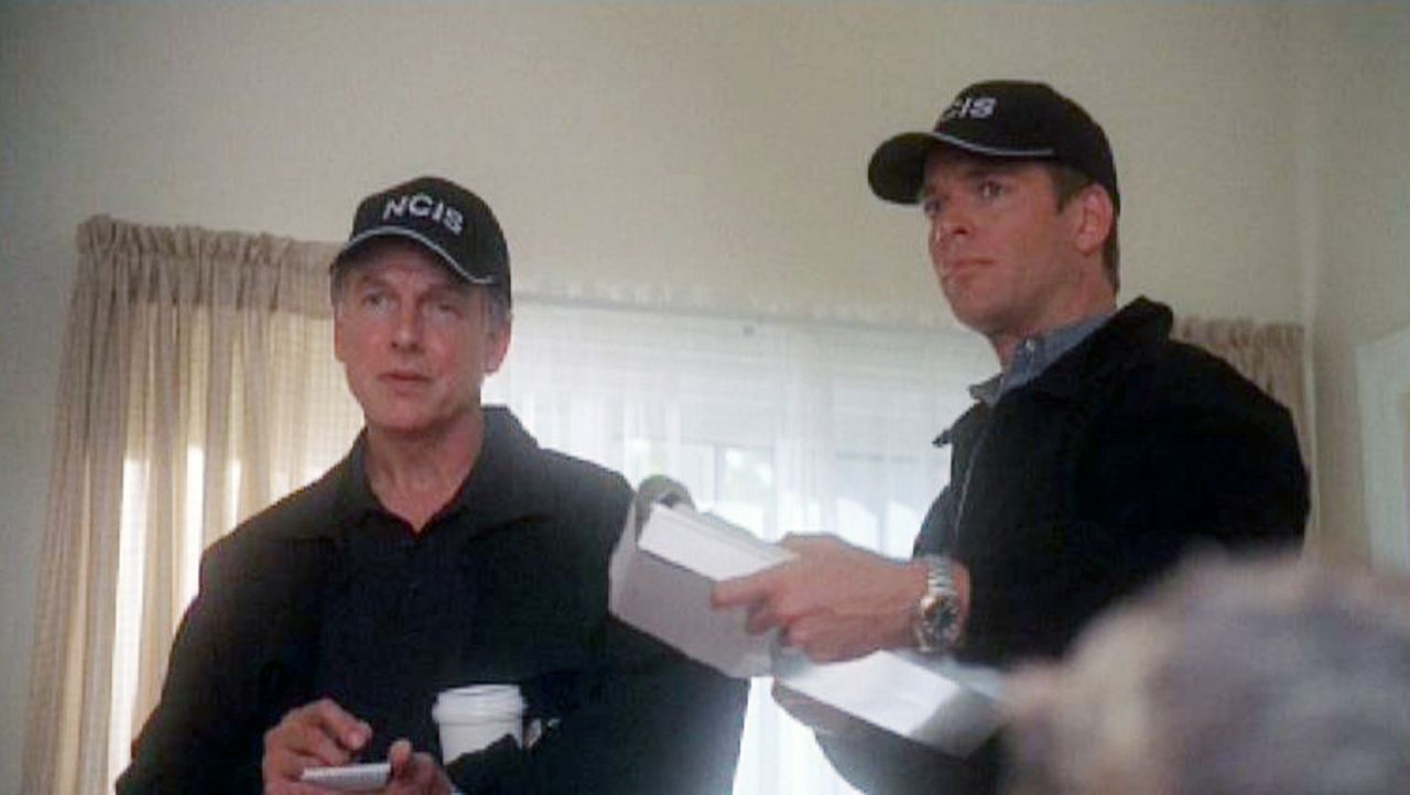"""Die Special Agents Leroy Gibbs (Mark Harmon, l.) und Anthony """"Tony"""" DiNozzo (Michael Weatherly, r.) ermitteln am Tatort die Identität einer Leiche... - Bildquelle: Sat.1"""