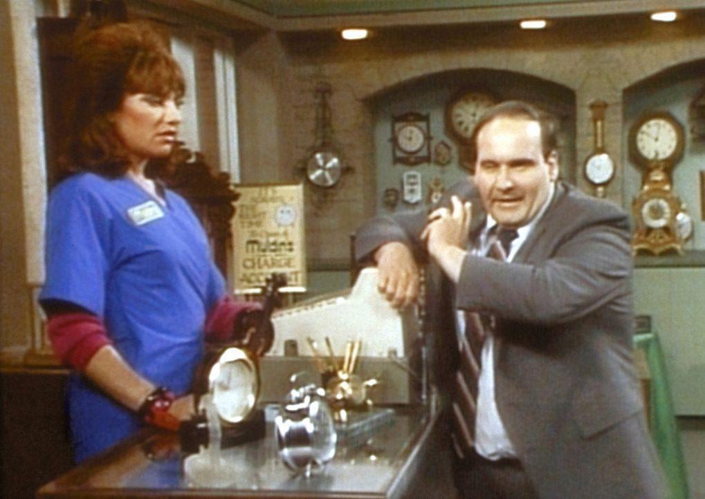Die arbeitsscheue Peggy (Katey Sagal, l.) ist bei ihrem neuen Vorgesetzten Mr. Pond (Ernie Sabella, r.) nicht gerade glücklich. - Bildquelle: Columbia Pictures